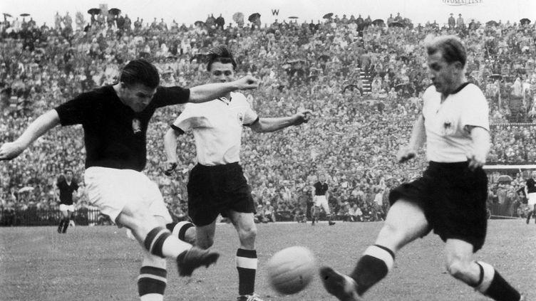 Ferenc Puskas arme une frappe lors de la finale de la Coupe du monde 1954 entre la Hongrie et l'Allemagne. (DB / DPA via AFP)
