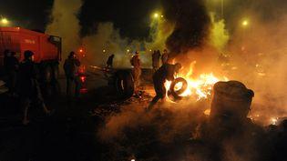 Des agriculteurs allument des feux devant la préfecture de Quimper (Finistère), le 27 janvier 2016. (FRED TANNEAU / AFP)