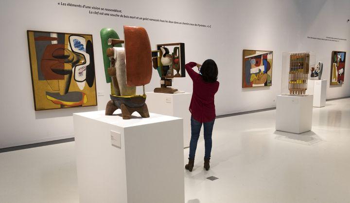 Une visiteuse à l'exposition Le Corbusier au musée Soulages de Rodez.  (Eric Cabanis / AFP)