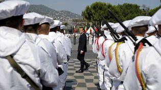 Emmanuel Macron passe en revue les troupes sur la place Masséna de Nice, vendredi 14 juillet 2017lors de la journée de commémorations des victimes de l'attentat survenu un an plus tôt. (LAURENT CIPRIANI / AFP)