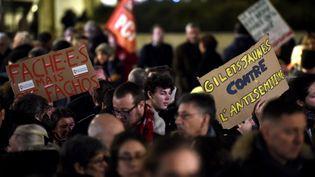 """Des """"gilets jaunes"""" ont participé au rassemblement contre l'antisémitisme mardi 19 février,à Paris. (FRANCOIS LO PRESTI / AFP)"""