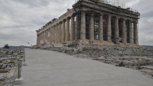 Le nouveau parcours autour du Parthénon : une bande de béton arméd'environ 200 mètres de long et de 3 à 15 mètres de large. (LOUISA GOULIAMAKI / AFP)