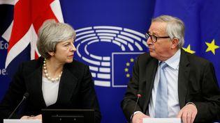 La Première ministre britannique, Theresa May, et le président de la Commission européenne, Jean-Claude Juncker, lors d'une conférence de presse à Strasbourg, le 11 mars 2019. (VINCENT KESSLER / REUTERS)