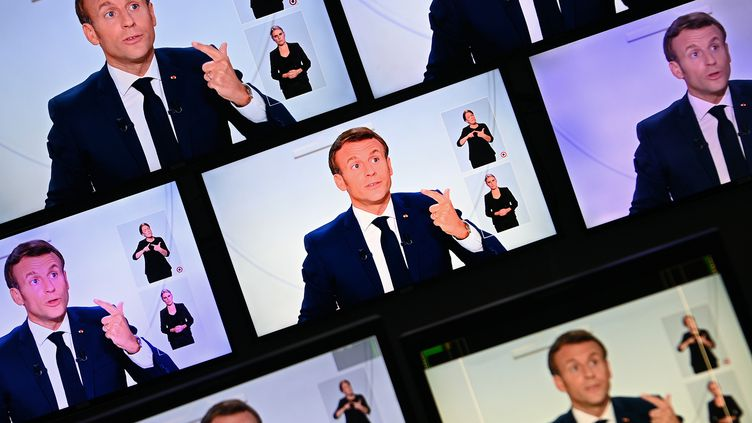 Emmanuel Macron lors d'une interview diffusée sur TF1 et France 2 depuis l'Elysée, le 14 octobre 2020. (CHRISTOPHE ARCHAMBAULT / AFP)