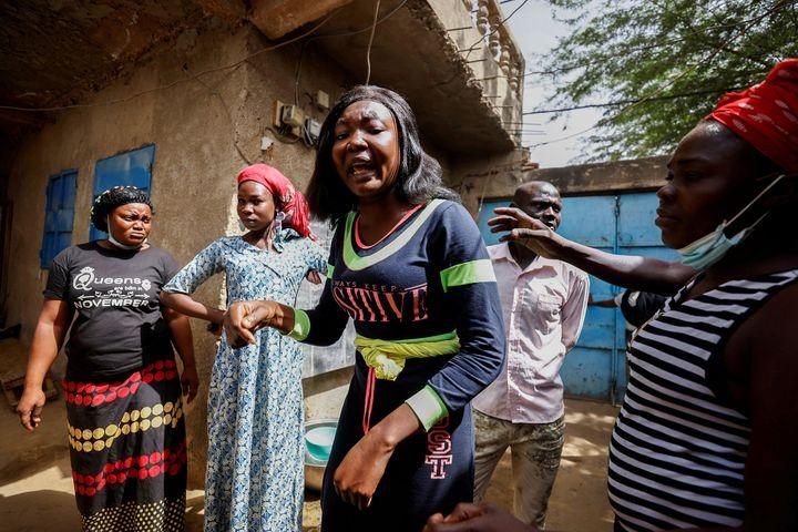 Jerusalem Klaradi (C) réclame un retour au régime parlementaire et manifeste sa colère, N'Djamena, le 27 avril 2021. (REUTERS / ZOHRA BENSEMRA)