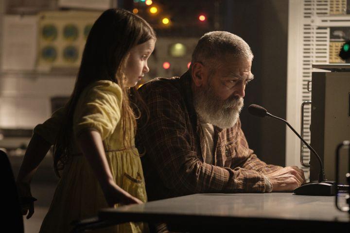 """Caoilinn Springall (la petite Iris) and George Clooney (Augustine) dans """"Minuit dans l'univers"""" de George Clooney (PHILIPPE ANTONELLO/NETFLIX)"""