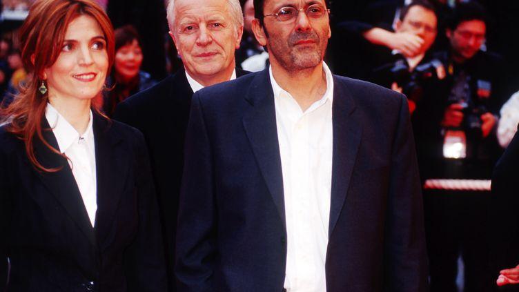 De gauche à droite : Agnès Jaoui, André Dussolier et Jean-Pierre Bacri au Festival de Cannes en mai 2002. (FOC KAN / WIREIMAGE)