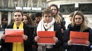 La militante féministe Caroline De Haas (centre) lors d'une action contre les violences faites aux femmes, le 24 novembre 2017, à Paris. (ALAIN JOCARD / AFP)