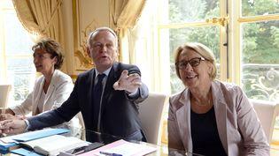 Le Premier ministre Jean-Marc Ayrault (au c.), encadré de la ministre des Affaires sociales Marisol Touraine (à g.) et de celle de la Fonction publique Marylise Lebranchu, le 26 août 2013 à Matignon (Paris). (BERTRAND GUAY / AFP)