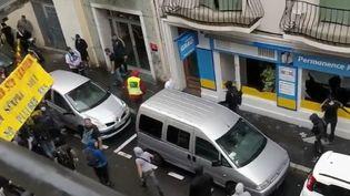 """En marge d'un rassemblement de """"gilets jaunes"""" à Perpignan (Pyrénées-Orientales), la permanence d'un député LREM a été saccagée. Un mode de protestation violent observé depuis plusieurs mois. (FRANCE 2)"""