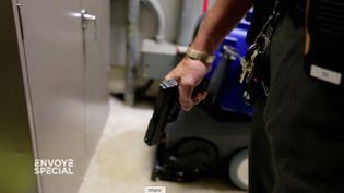 """Etats-Unis : coffres-forts biométriques avec pistolets et gilets pare-balles, la """"force de dissuasion"""" des collèges en cas d'agression (FRANCE 2 / FRANCETV INFO)"""