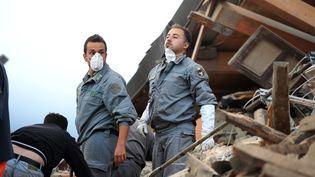Des sauveteurs sont à la recherche de personnes ensevelies sous les décombres à Amatrice en Italie (FILIPPO MONTEFORTE / AFP)