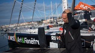 Le skipper français Fabrice Amadeo aux Sables-d'Olonne (Vendée), le 9 novembre 2020. (LOIC VENANCE / AFP)