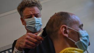 Un coiffeur au centre de Carry-le-Rouet dans le sud de la France, où des Français ont été placés en quarantaine à leur retour de Chine en février 2020. (HECTOR RETAMAL / AFP)