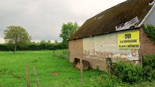 """Une maison de l'Aisne affiche une pancarte """"Oui à la sauvegarde de notre Thiérache"""", le 19 mai 2017. (CAMILLE ADAOUST / FRANCEINFO)"""