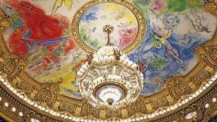 Le grand lustre et le plafond peint par Chagall de l'Opéra Garnier à Paris. (CHRISTOPHE LEHENAFF / PHOTONONSTOP)