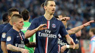 Les Parisiens Marco Verratti (à gauche) et Zlatan Ibrahimovic après la victoire du PSG face à l'Olympique de Marseille (2-3), dimanche 5 avril, au stade Vélodrome. (BORIS HORVAT / AFP)
