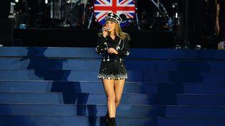 Pour fêter ses 60 ans de règne, la reine a pu écouter la chanteuse australienne Kylie Minogue. (LEON NEAL / AFP)