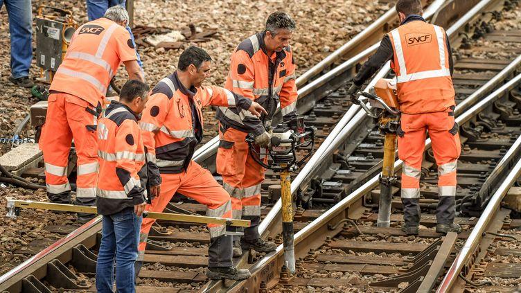 Des cheminots de la SNCF en train de travailler sur des rails à Arras (Pas-de-Calais), le 1er septembre 2017 (PHILIPPE HUGUEN / AFP)