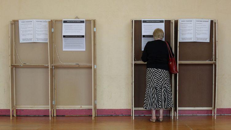 Une Irlandaise vote au référendum sur le pacte budgétaire européen, à Dublin (Irlande), le 31 mai 2012. (PETER MUHLY / AFP)