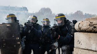"""Des policiers près de l'Arc de triomphe, pendant la manifestation des """"gilets jaunes"""", le 1er décembre 2018 à Paris. (KARINE PIERRE / HANS LUCAS / AFP)"""