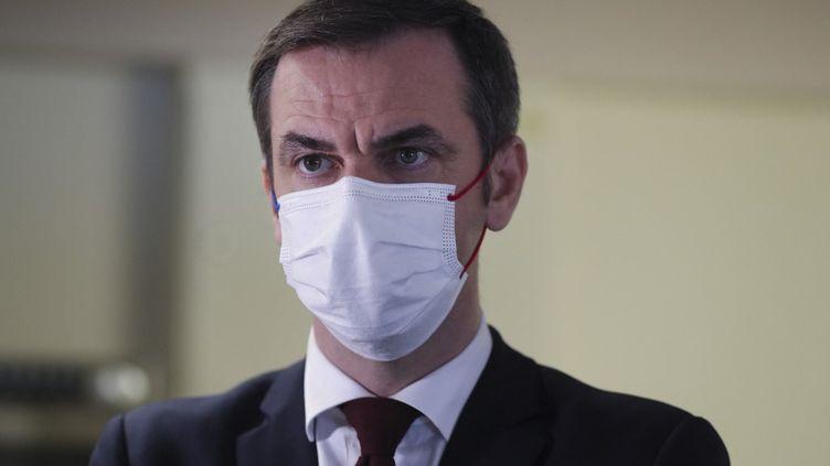 Le ministre de la Santé, Olivier Véran, dans un hôpital de Nice (Alpes-Maritimes), le 20 février 2021. (VALERY HACHE / AFP)