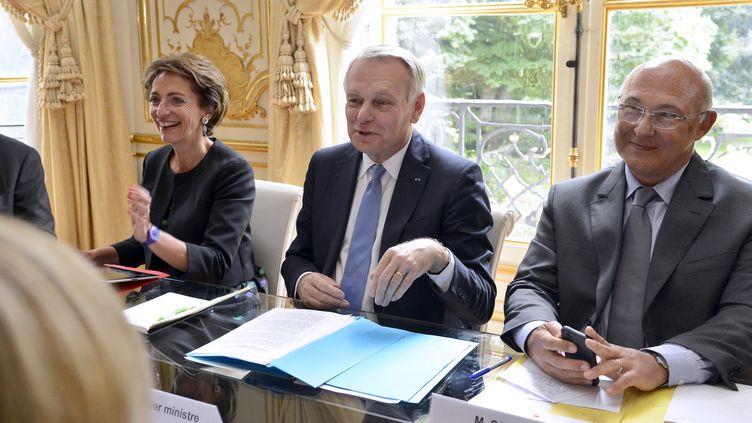 Marisol Touraine, Jean-Marc Ayrault et Michel Sapin, rencontrent les syndicats, à Matignon (Paris), le 27 août 2013. (BERTRAND GUAY / AFP)