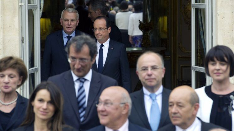 Le Premier ministre, Jean-Marc Ayrault, et le président de la République, François Hollande, quelques instants avant la photo officielle avec les ministres du gouvernement, à l'Elysée, le 17 mai 2012. (LIONEL BONAVENTURE / AFP)