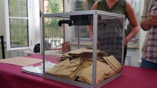 Depouillement dans un bureau de vote du Pré-Saint-Gervais (93) pour le premier tour des élections régionales et départementalesle 20 juin 2021. (MYRIAM TIRLER / HANS LUCAS)