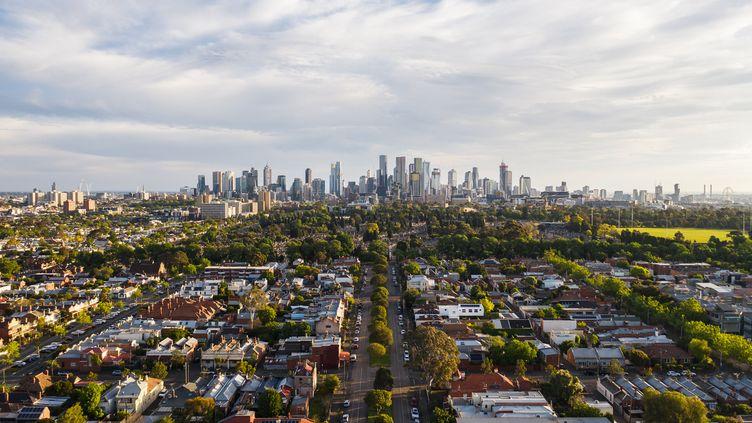 Le centre d'affaires de Melbourne en Australie avec le quartier résidentiel en premier plan. (Illustration) (CHARLIE ROGERS / MOMENT RF / GETTY IMAGES)