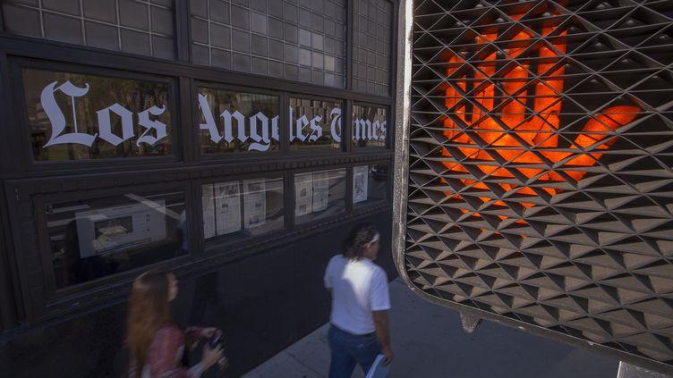 """Un feu pour piétons s'allume devant le siège du """"Los Angeles Times"""", à Los Angeles (Californie), le 6 février 2018. (DAVID MCNEW / GETTY IMAGES NORTH AMERICA)"""
