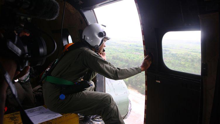 Un militaire indonésien scrute le détroit de Karimata le 3 janvier 2014 à la recherche de traces du volQZ8501 d'AirAsia. (AFP)