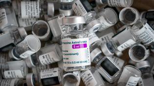 Des flacons de vaccin vides, le 22 mars 2021, à Leipzig (Allemagne). (PETER ENDIG / DPA-ZENTRALBILD / AFP)