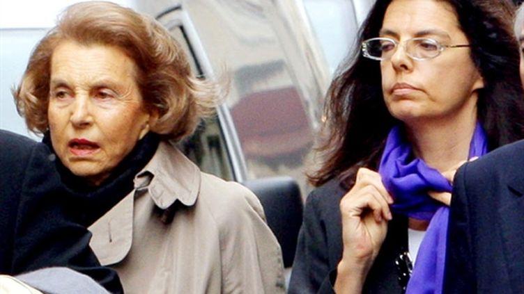 Françoise Meyers accompagne sa mère Liliane Bettencourt dans les rues de Paris en 2007 (AFP - Patrick KOVARIK)