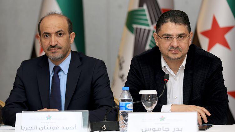 Ahmad Jarba (gauche),le présidentla coalition syrienne opposée au président syrien Bachar Al-Assad, et un autre opposant, à Istanbul (Turquie), le 18 janvier 2014. (MHD ZIADEH / SYRIAN NATIONAL COALITION MEDIA / AFP)