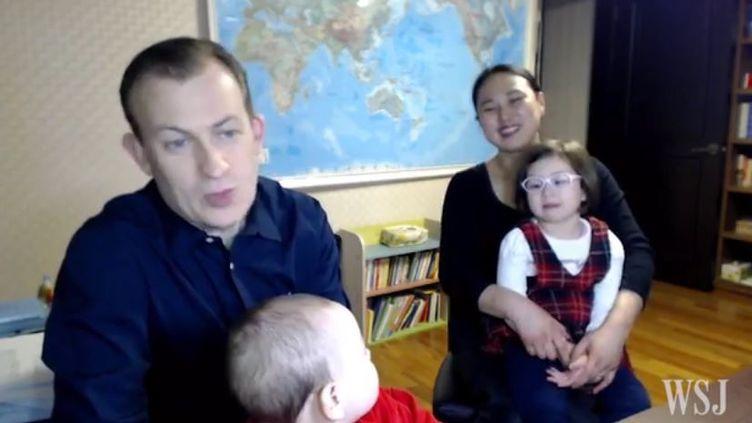 L'expert de la BBCRobert Kelly entouré de toute sa famille lors d'une interview au Wall Street Journal, le 14 mars 2017. (Wall Street Journal)