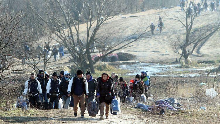 (Migrants syriens, irakiens et afghans à la frontière entre la Macédoine et la Serbie, le 29 décembre 2015 © Djordje Savic / MAXPPP)