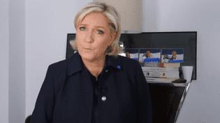 La candidate du FN, Marine Le Pen, s'est adressée aux électeurs de Jean-Luc Mélenchon, vendredi 28 avril 2017, dans une vidéo postée sur Twitter. (MARINE LE PEN / TWITTER)