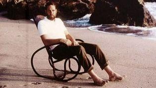 Alexander von Vegesack pose dans un rocking chair Thonet sur la plage, en toute décontraction  (France3 / Culturebox)