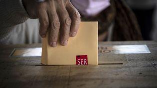 Une femme vote au Chili, le 15 mai 2021. (MARTIN BERNETTI / AFP)