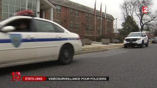 Pour éviter les bavures, les policiers américains vont désormais être équipés de caméras. ( FRANCE 2)