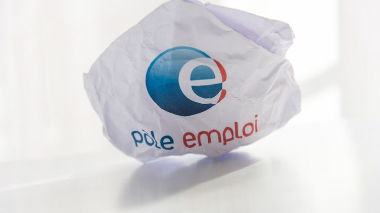 Le logo de Pôle emploi sur une feuille de papier, à Paris, en juillet 2019. (RICCARDO MILANI / HANS LUCAS / AFP)