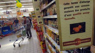 Des produits issus du commerce équitable dans un supermarché de Rots (Calvados), en mai 2006. (MYCHELE DANIAU / AFP)