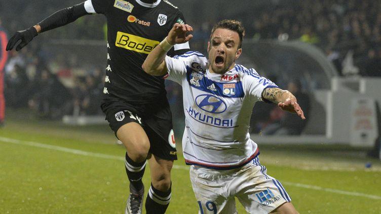 Le milieu lyonnais Mathieu Valbuena chute lors du match Lyon-Angers, le 5 décembre 2015. (JEAN-PHILIPPE KSIAZEK / AFP)