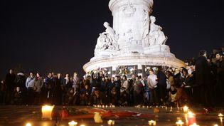 Des personnes sont rassemblées place de la République à Paris, le 15 novembre 2015. (KENZO TRIBOUILLARD / AFP)