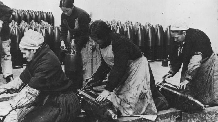 Des Bretonnes en plein travail, dans une usine d'armement à Brest. (HULTON ARCHIVE / GETTY IMAGES)