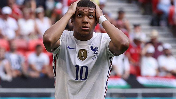 L'attaquant français Kylian Mbappé lors du match Hongrie-France de l'Euro 2021 à Budapest, le 19 juin 2021. (BERNADETT SZABO / AFP)
