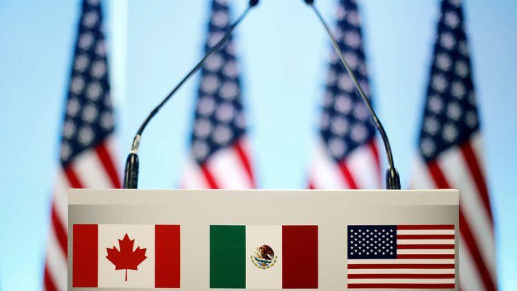 Le pupitre du trio Etats-Unis-Canada-Mexique, lors d'une conférence de presse à Mexico (Mexique), le 5 mars 2018. (EDGARD GARRIDO / REUTERS)
