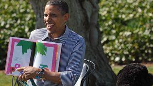 """Le président américain Barrack Obama lit """"Chicka Chicka Boom Boom' à côté du chien de la famille, Bo; pour la fête de pâques à la Maison Blanche, le 1er avril 2013.  (MANDEL NGAN / AFP)"""