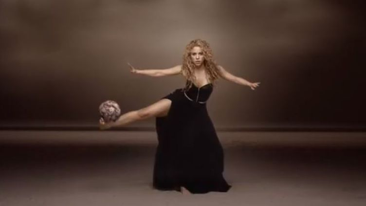 """La chanteuse Shakira dans le clip de son morceau """"Dare (La La La)"""", sorti à l'occasion de la Coupe du monde 2014 au Brésil (capture d'écran). (YOUTUBE)"""